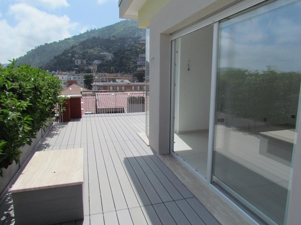 Attico con terrazzo vista mare maison d 39 elite for Piani casa sulla spiaggia con portici